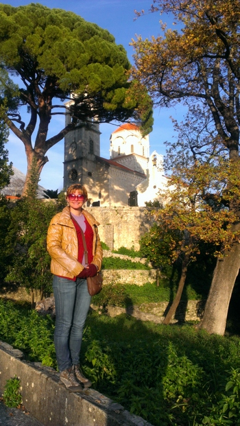 Ispred Manastira Savina